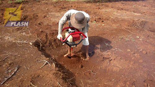 máy khoan lỗ trồng cây cầm tay